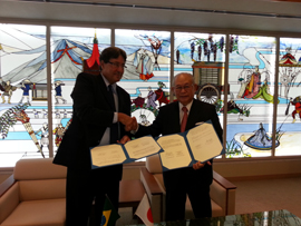 Reitor Roberto Salles e o presidente da Universidade de Estudos Estrangeiros de Kyoto, Yoshikazu Morita