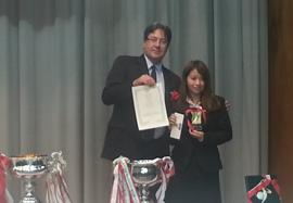 Entrega do prêmio à aluna vencedora do concurso de oratória.