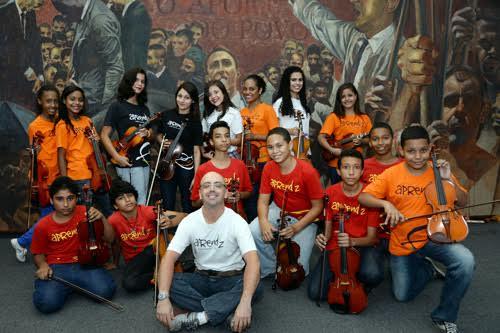 professor de violino Daniel Andrade e os instrumentistas.